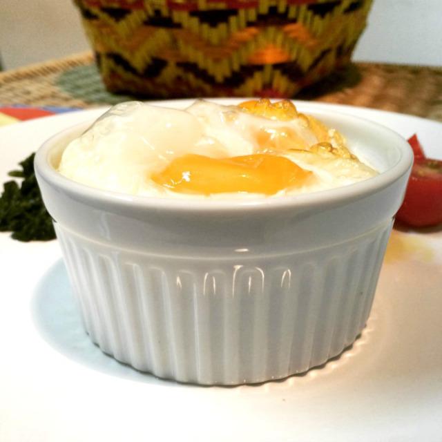 Os ovos ao forno passaram do ponto, mas comi mesmo assim, com espinafre e tomatinhos