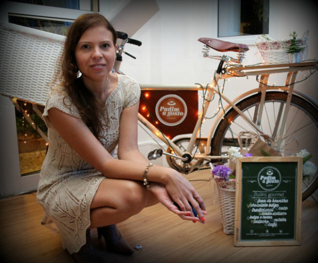 Ana Paula Pontes e a bicicleta da Pudim a gosto (foto: divulgação)