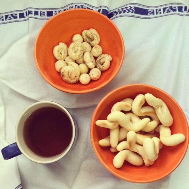 Para acompanhar o chá, bolinhos de polvilho recém-saídos do forno