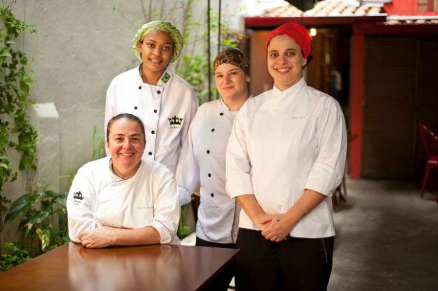 A chef Renata Braune (sentada) com a equipe do La Reina Deli Bar (foto: divulgação)