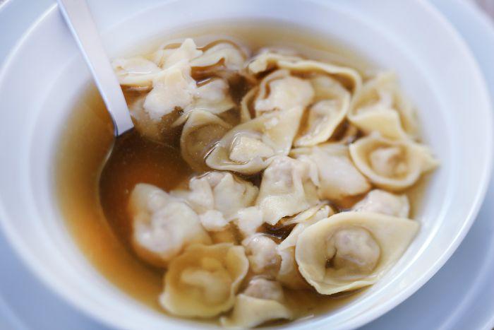 Caldo com capelete: receita italiana para fazer e comer em boa companhia (foto: Rogério Voltan)