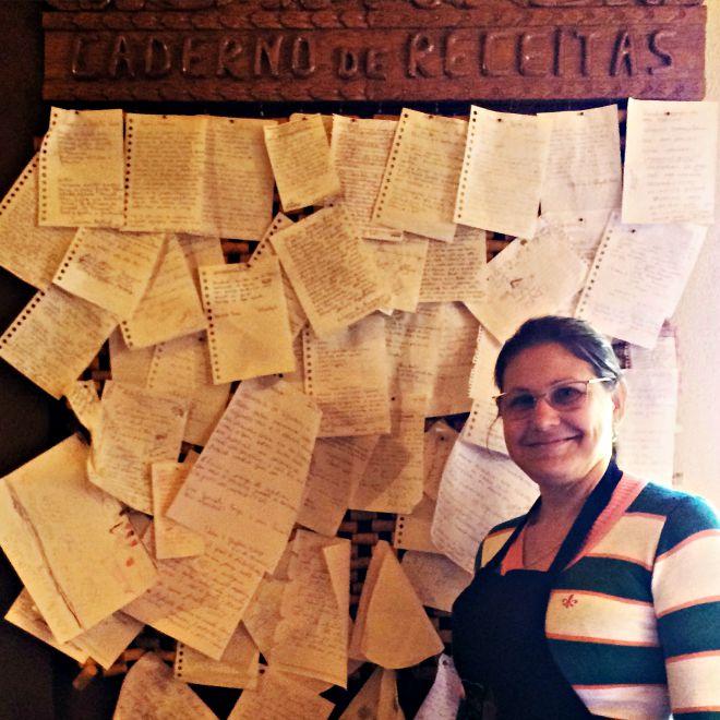 """Gloria Gelenski Menoncin e o """"caderno"""" em que coleta receitas dos clientes do Pignatella"""