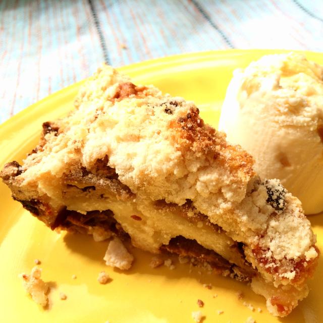Torta com banana e cobertura de farofa crocante