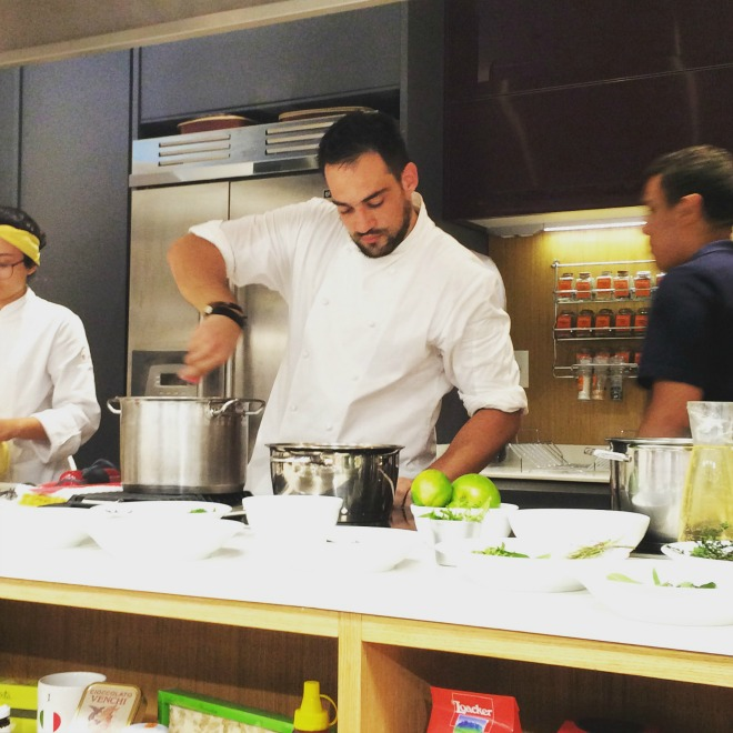 Gabriel Vidolin em ação na aula de cozinha do campo no Eataly São Paulo