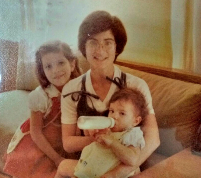 Cíntia Marcucci no colo da mãe, Mariza, e ao lado da irmã, Camila
