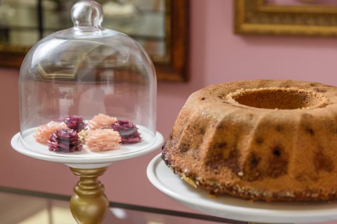 Um bolo e as delicadas flores de coco da Dona Doceira