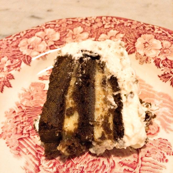 Pedaço de Torta de chocolate com creme de baunilha e chantilly