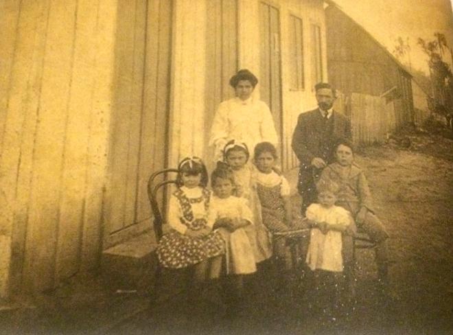 Emilio Batista Gomes com a mulher, Etelvina, e filhos. A segunda criança da esquerda para a direita é minha bisavó Esther