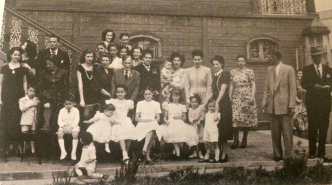 Minha avó Viquinha é a primeira moça da esquerda nesta foto das bodas de ouro de Emilio Batista Gomes e Etelvina Andrade Gomes (reprodução do livro Veja, Vica)