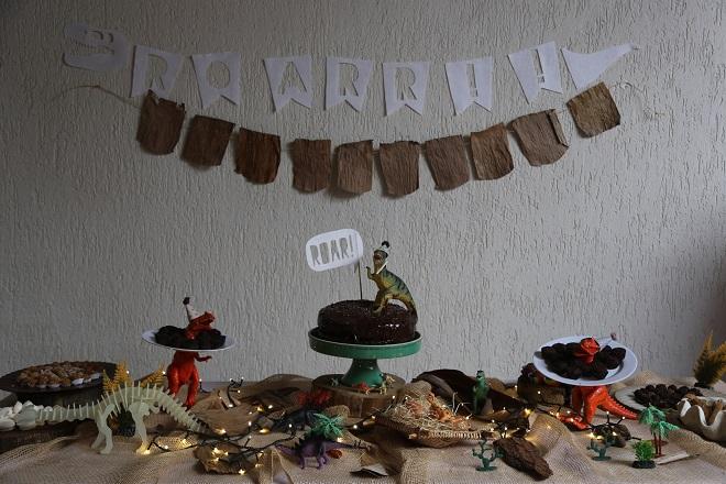 Mesa de festa infantil com decoração de dinossauros (foto: Enfeite Festas Infantis)