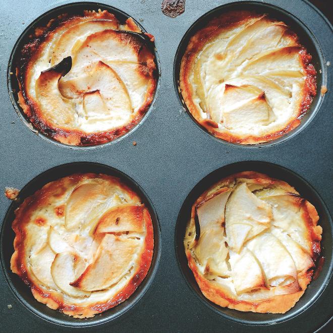 Tortas de maçã ainda na forma