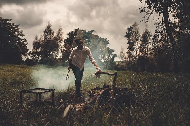 Gabriela Barretto e o fogo (foto: Como Cozinhar Sua Preguiça)