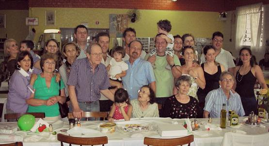 Comemoração dos 80 anos de Joana (sentada, no centro)