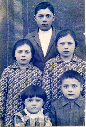 Joana (a menina da direita) e os irmãos, recém-chegados da Itália