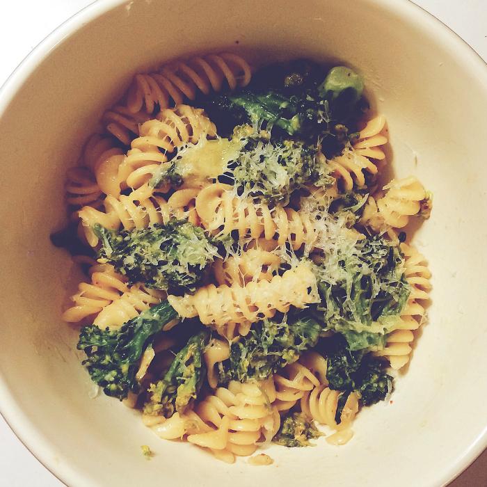 Receita de macarrão com brócolis, alho e parmesão - O Caderno de Receitas