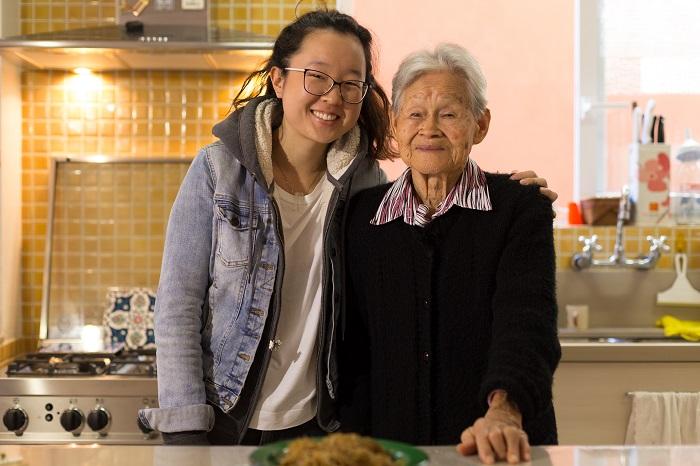 A chef confeiteira Carolina com a avó Hideko