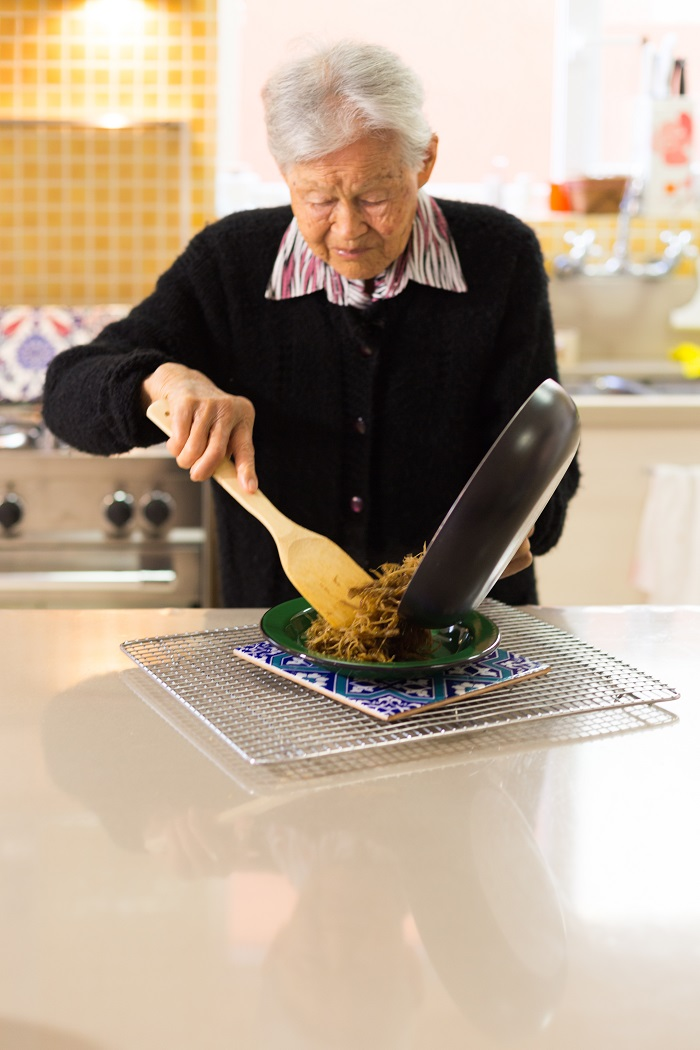 Hideko preparando bardana