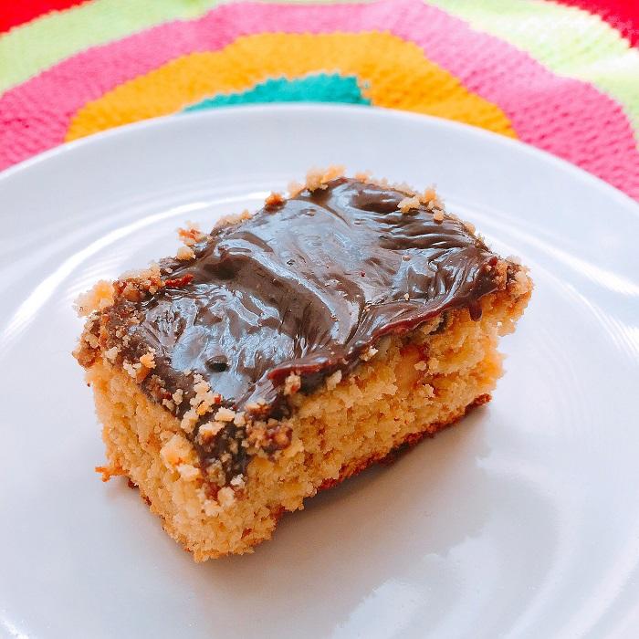 Fatia de bolo de amendoim com brigadeiro (O Caderno de Receitas)