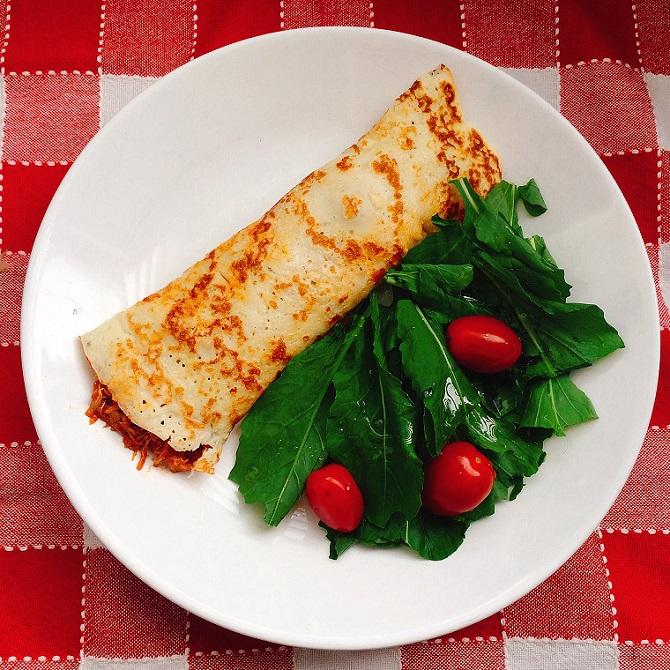 panqueca de frango com salada