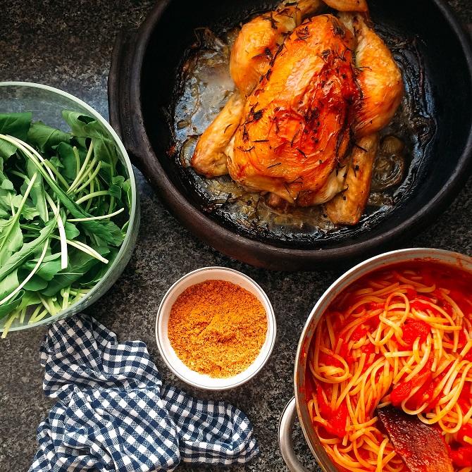 farofa de farinha de rosca, macarrão ao sugo, frango assado, rúcula