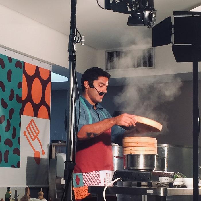O chef Thiago Castanho em ação no Experimenta